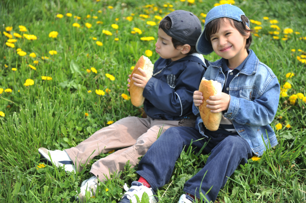 2 kid friends eating sandwiches